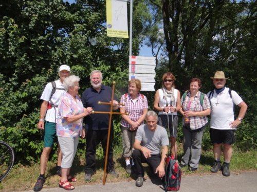 Pilger am Benediktweg mit Benedikt Pilgerkreuz (© Foto: Verein Benedikt beWeg t)