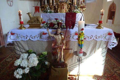 Beim Volksaltar der Pfarrkirche St. Paul an der Gail: der auferstandene CHRISTUS, die Osterkerze und das Osterlamm. (Foto: A. Moritsch, Ostern 2018).