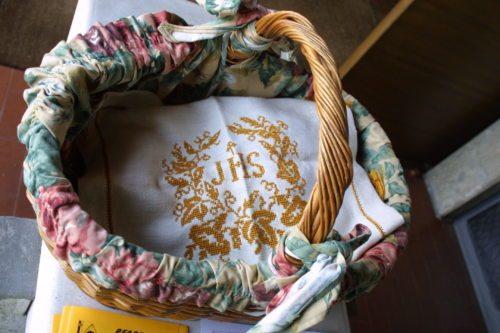 """Im Korb liegen die Gaben für die Speisensegnung (""""Fleischweihe""""), bedeckt mit einem eigens bestickten Tuch """"IHS"""" (© Foto: Pichler / Regenbogen)"""