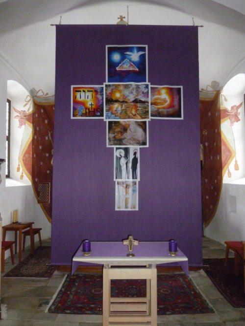 """Das """"Göltschacher Fastentuch"""" zeigt das """"Vater unser"""" in sieben Bildern, in Kreuzform dargestellt. (© Foto: Pfarre Göltschach)"""