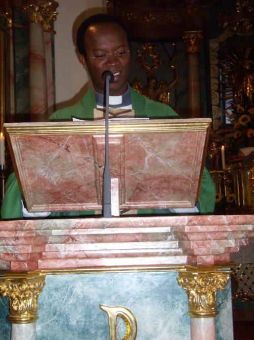 Dr. Francis Ezinwa (C) Christa Marketz