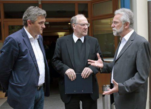 Bischof Schwarz, Seelsorgeamtsdirektor Marketz (r.) und Referent Neubauer im Gespräch (© Foto: Pressestelle/Eggenberger)