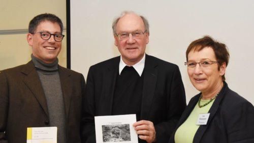 Mattias Kiefer, Bischof Alois Schwarz und Anna Hennersperger bei den Pastoraltagen 2017 in Tainach/Tinje (© Foto: KH Kronawetter / Internetredaktion)