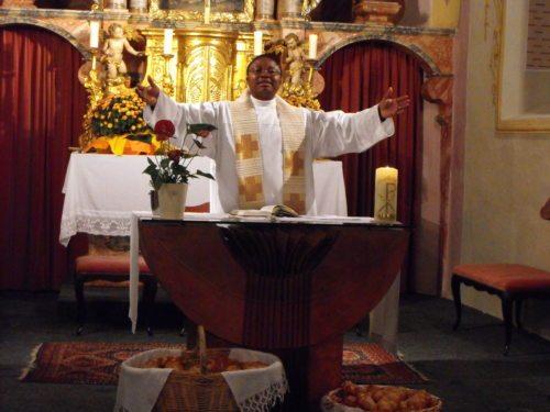 Pfarrer Dr. Alexander Chukwujindum UZOH (© Foto: Pfarre BKK)