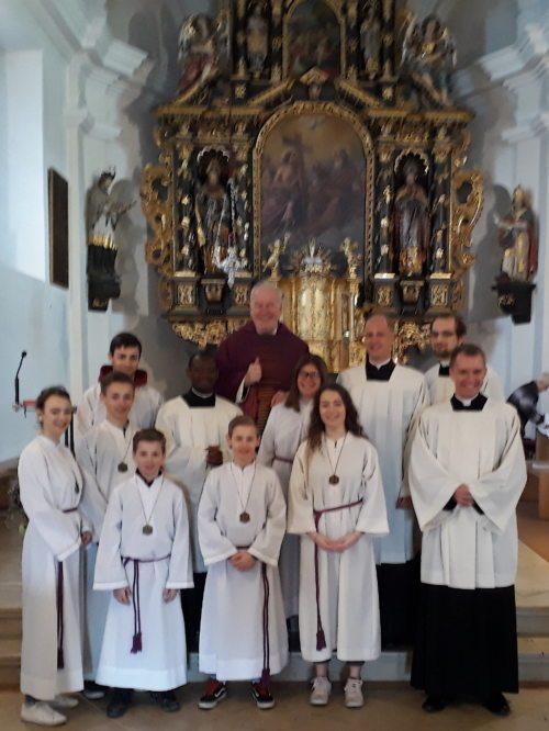 Mit Pfarrer Dr. Josef Wilfing und den Ministrantinnen und Ministranten (Priesterseminar)