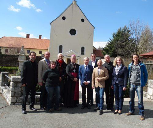 """Ehrengäste vor dem Haus """"Benedikt"""" in Wolfsberg (© Foto: fotomw)"""