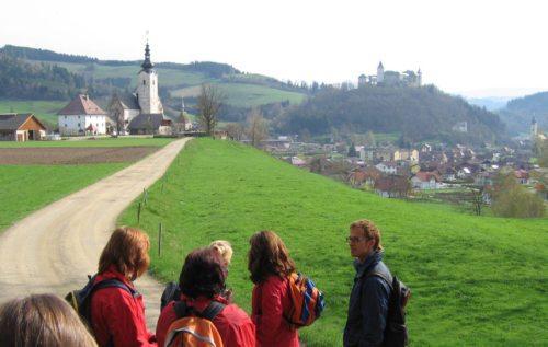 Unterwegs auf dem Hemmapilgerweg - Pfarrkirche Lieding - Schloss Straßburg (© Foto: Referat für Pilgern und Reisen)