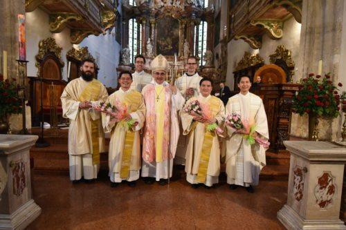 Bischof Wilhelm Krautwaschl mit den neugeweihten Diakonen und Priestern (C. Brunnthaler)
