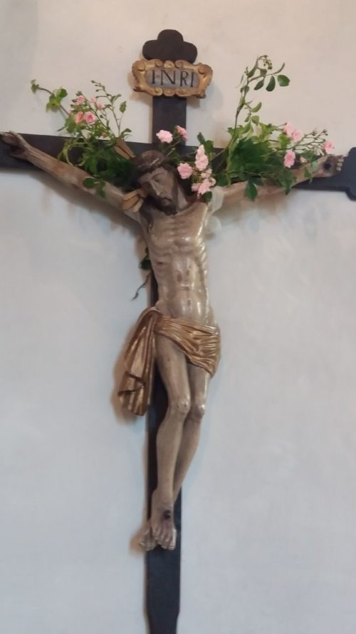 Festlich geschmücktes Kreuz UHO