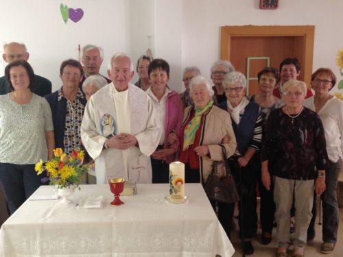 TeilnehmerInnen mit Pater Antonio (© Foto: Ingrid Sommer)
