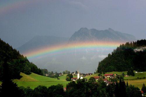 Kirche - bunt wie ein Regenbogen! (© Foto: Janusz Klosowski/pixelio.de)