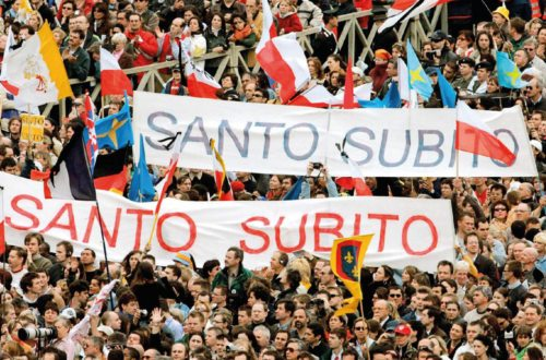 Bereits beim Begräbnis von Papst Johannes Paul II. am 8. April 2005 wurde der Ruf nach dessen Heiligsprechung laut, die schließlich am 27. April 2014 erfolgte. (© Foto: KNA)