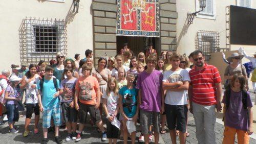 Vor der Sommerresidenz des Papstes in Castelgandolfo. (© Foto: Sophie Kickmayer)