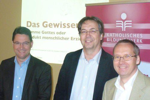 Bildungswerk-Chef Ernst Sandriesser (li.), Referent Karl-Heinz Kronawetter (mi.) und Moderator Christoph Ungermanns (re.) (© Foto: Pfarre Villach-St.Jakob)