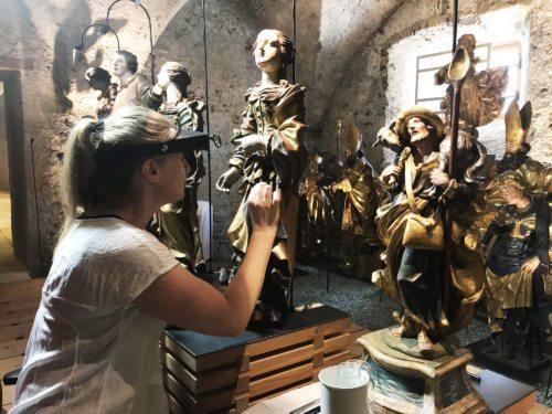 Kunsthistorikerin und Restauratorin MMag. Monika Freylinger-Körbler bei der Arbeit in der Schatzkammer Gurk (Foto © KH Kronawetter / Internetredaktion)