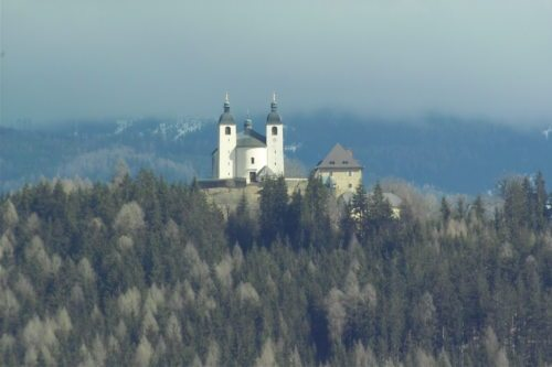 Die Wallfahrtskirche Maria Hilf ob Guttaring.... (© Foto: Pirzl G.)