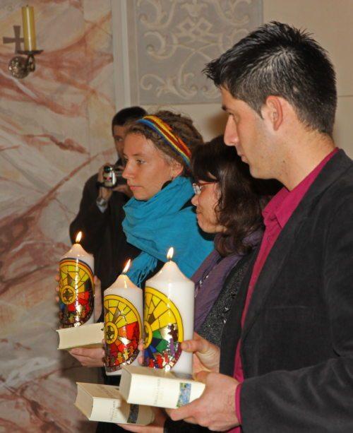Drei Pastoralassistent/innen werden von Bischof Schwarz in den kirchlichen Dienst gesendet (© Foto: Hr. Friessnegg)