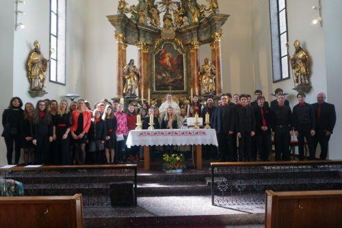 Firmlinge und der gesamte Bachmann Chor (© Foto: Ulrike Haßler)