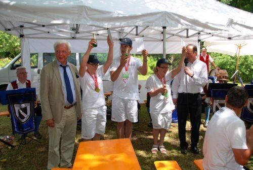 Pfarrer und Bürgermeister gratulierten den Special Olympics Gewinnern./Specialnim olimpionikom sta čestitala župnik in župan. (© Foto: Klaus Jähnisch)