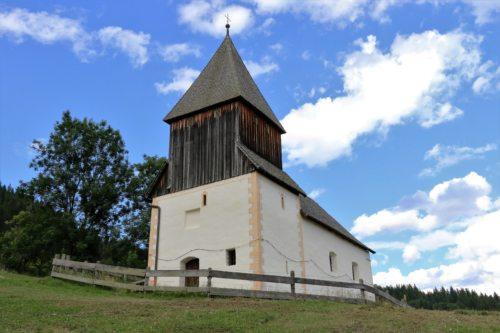 Kirche in Höllein mit restaurierter Außenfassade. (© Foto: Mag. Johann Rossmann)
