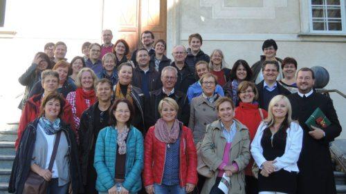 Gruppenbild mit Pater Gerwig Romirer OSB (© Foto: Karl-Heinz Kronawetter / Internetredaktion)