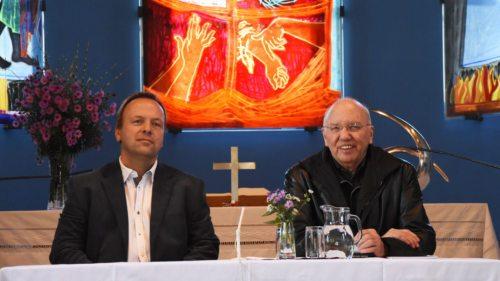 Im ökumenischen Dialog: evang. Pfarrer Ralf Isensee (li.) und kath. Pfarrer Helmut Gfrerer (re.) (© Foto: KH Kronawetter / Internetredaktion)