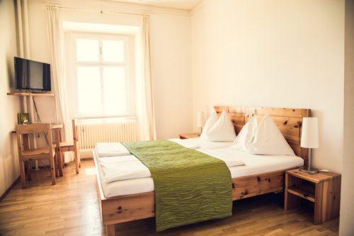 Stiftszimmer mit Zirbenholz-Möbeln (©Elias Jerusalem)