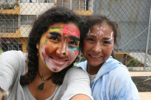 Tamia und Odalis in Ambato, Ecuador am Tag des Kindes (© Foto: Tamia Alcazar Gonzalez/VOLONTARIAT bewegt)