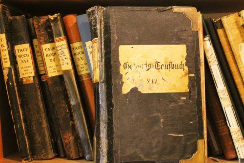 Seit 1619 sind die Matrikenbücher unserer Pfarre erhalten. Die älteren Dokumente werden im Diözesanarchiv aufbewahrt. In der Pfarre befinden sich die Bücher ab ca 1900. (© Foto: Pfarre)