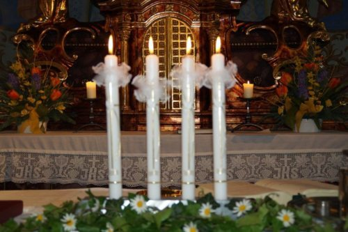 Taufkerzen - sichtbares Zeichen des Sakramentes der Taufe (Foto. Martina Trampitsch)