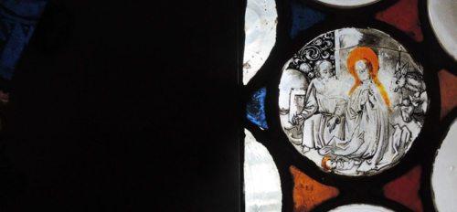 """""""Die Krippe hat heute ihren Ort, wo Leid, Trauer und Tränen, Hoffnungslosigkeit und Angst das Sagen haben. Dort wo Menschen nach Erlösung und Frieden verlangen und darauf hoffen"""", schreibt Anna Hennersperger in ihrem geistlichen Impuls zum Weihnachtsfest. (© Foto: KH Kronawetter / Internetredaktion (Glasscheibe, Gajach im Drautal, um 1500 - Schatzkammer Gurk))"""