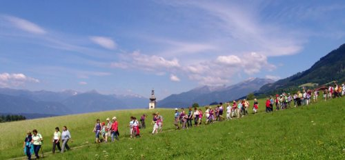 Pilgern auf dem Domitianweg in Obermillstatt (© Foto: Mansbart-Povel)