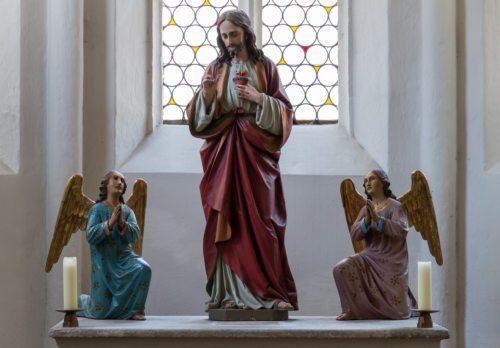 Herz-Jesu Statue flankiert von Engeln in der Turmkapelle der Markuskirche (© Foto: Mag. Bernhard Wagner)