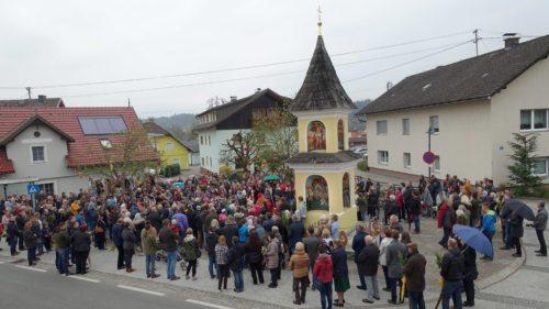 Segnung der Palmbuschen am Dorfplatz (Foto: UM)