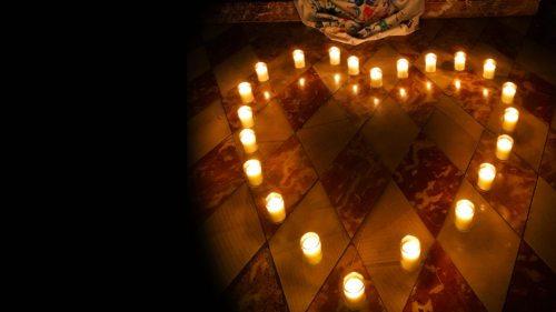 """Im Dom zu Klagenfurt werden die """"Gottesdienste für Liebende"""" bei Kerzenlicht gefeiert. (Foto: Stadtpastoral Klagenfurt)"""