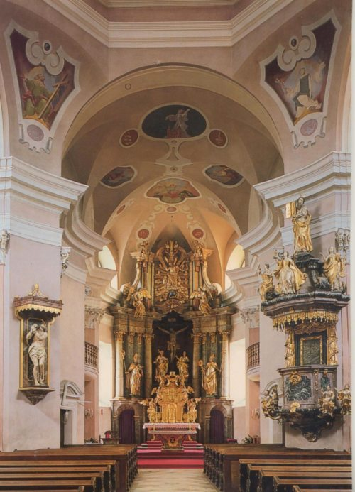 Kirchenraum mit Blick auf den Hauptaltar (© Foto: Pfarre)