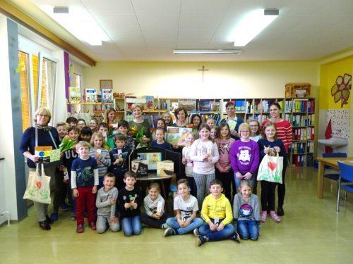 SchülerInnen und Vorlesepatinnen in der VS Ettendorf