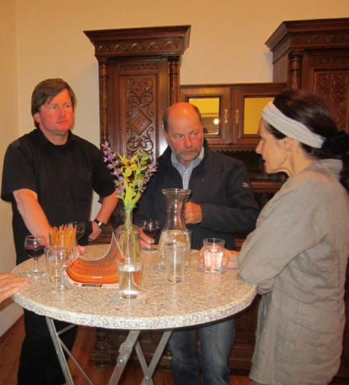 Gespräch mit dem Vortragenden (© Foto: Pfarre)