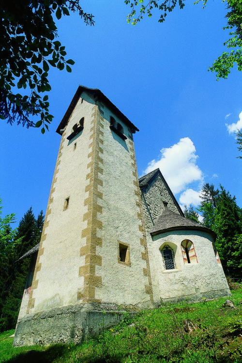 """Ein romanisches Kleinod - die Kirche der Hl. Helena am Wieserberg (© Foto: assam/pressestelle; entnommen der Broschüre """"Heilige Berge"""" der Pressestelle)"""