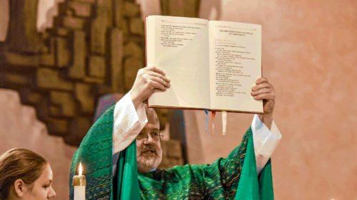 Biblische Gebete und Zitate ziehen sich wie ein roter Faden durch den Gottesdienst (Foto: KNA)