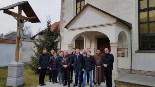 skupinska slika pred Kapucinskim samostanom v Škofji Loki (© Foto: Andrej Saje)